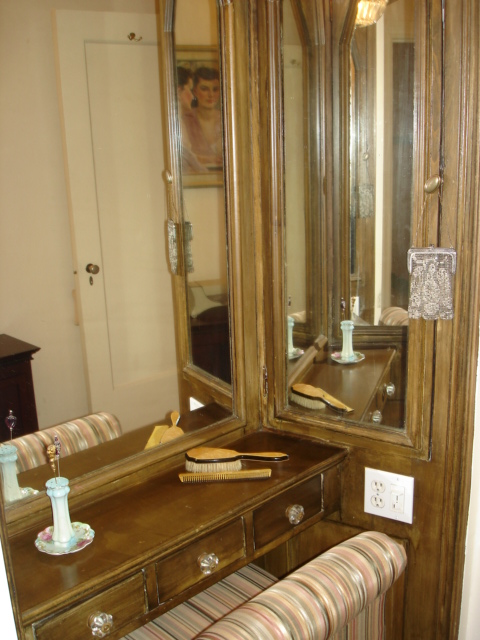 222 E Chestnut 7B Original Built-in Vanity
